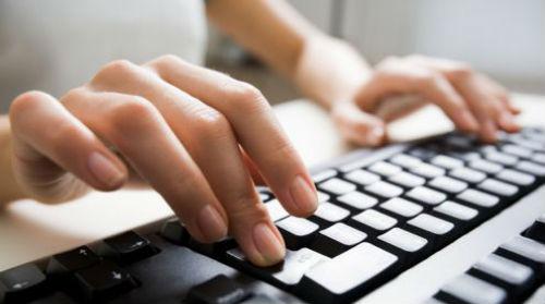 mani che scrivono al computer