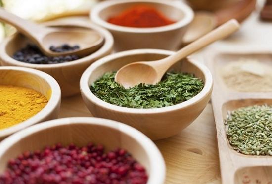 Usare spezie e erbe aromatiche al posto del sale